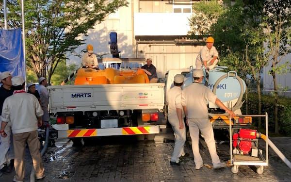 半導体製造装置大手のディスコは西日本豪雨後に断水などを想定した災害対策も進めている(2018年7月、トラックをチャーターして生産用水を輸送)