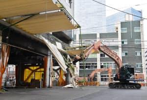閉場した旧築地市場での解体工事(18年10月11日、東京都中央区)