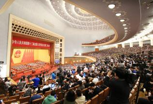 全人代は8日、外商投資法の最終案を公表した(5日の開幕時の人民大会堂)=横沢太郎撮影
