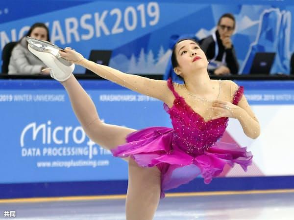 フィギュアスケートの女子SPで演技する三原舞依。首位に立った(8日、クラスノヤルスク)=共同