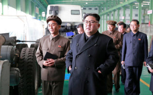 ミサイルが組み立てられた疑いのあるトラック工場を視察する金正恩氏=朝鮮中央通信・ロイター