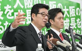 辞職願を提出し、記者会見する大阪府の松井知事(左)と大阪市の吉村市長(8日午後、大阪市中央区)