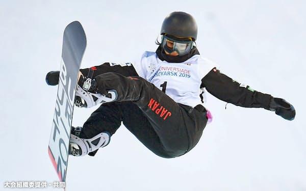 スノーボード女子ハーフパイプで優勝した今井胡桃(8日、クラスノヤルスク)=大会組織委提供・共同