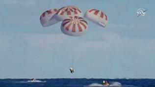 8日、フロリダ州沖の海上に着水した新型宇宙船「クルードラゴン」=NASA提供・ロイター