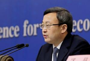 北京市内で記者会見に臨む中国商務省の王受文次官=ロイター