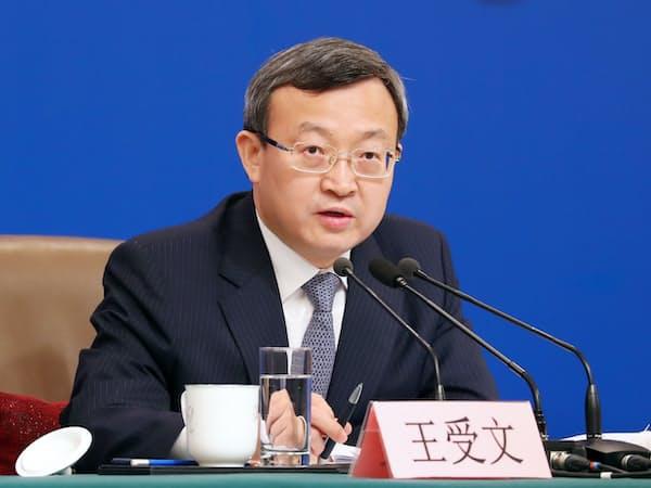記者会見する中国商務省の王受文次官(9日、北京)=横沢太郎撮影