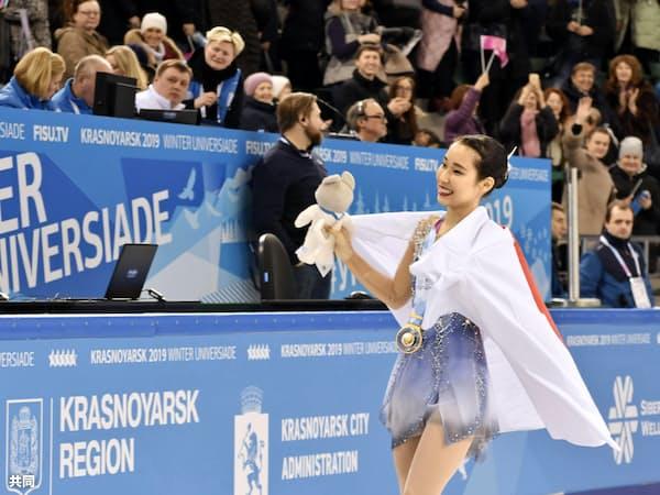 フィギュアスケート女子で金メダルを獲得し、笑顔で手を振る三原舞依(9日、クラスノヤルスク)=共同