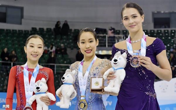フィギュアスケート女子で金メダルを獲得し、笑顔の三原舞依=中央(9日、クラスノヤルスク)=共同