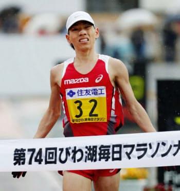 2時間8分42秒で、日本人トップの7位でゴールする山本憲二(10日、大津市皇子山陸上競技場)=共同