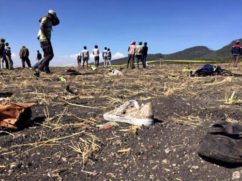 エチオピア航空機の墜落現場(10日、アディスアベバ郊外)=ロイター