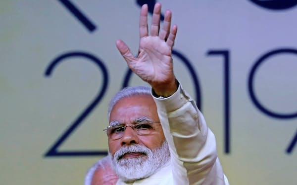 選挙関連の集会で、聴衆に手を振るモディ首相(2月、インド北部ハリヤーナー州)=三村幸作撮影