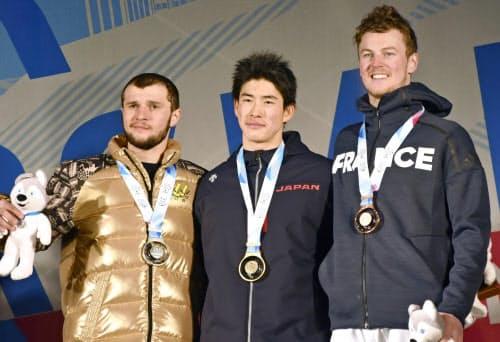 男子デュアルモーグルで金メダルを獲得した堀島行真=中央(10日、クラスノヤルスク)=共同