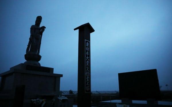 震災から8年を迎えた被災地の慰霊碑(11日午前、仙台市若林区)