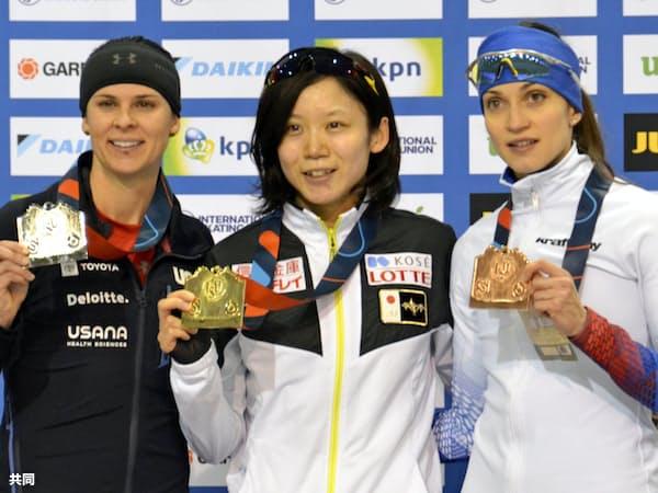 世界新記録で女子1500メートルを制した高木美帆=中央(10日、ソルトレークシティー)=共同