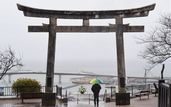 津波が押し寄せた石巻湾を一望する公園。静かに海を見つめる人がいた(11日午前、宮城県石巻市)