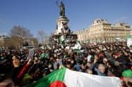 パリではアルジェリアのブーフテリカ大統領への抗議デモが開かれた(10日)=ロイター