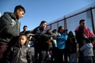 米メキシコ国境で足止めされる中米移民グループ(テキサス州)=ロイター