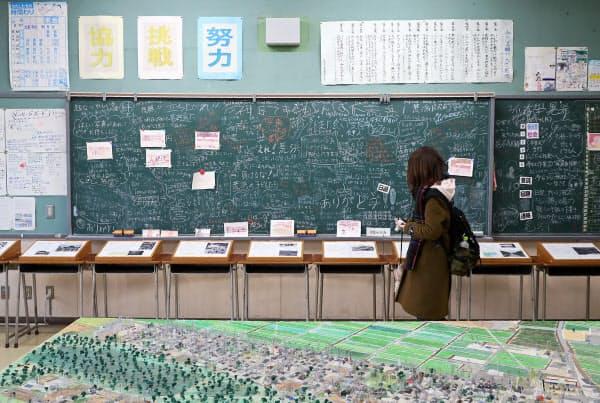震災遺構として一般公開されている荒浜小学校の黒板には多くのメッセージが書かれている(11日午前、仙台市若林区)