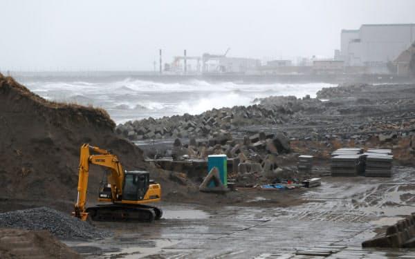低気圧の影響で大しけとなった福島県沿岸。富岡漁港で行われた県警などの合同捜索は、大雨と高波のため中断した(11日午前)