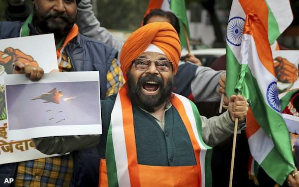 インド国内では反パキスタン感情が高まっている(2月26日、ニューデリーで反パキスタンのスローガンを叫ぶデモ参加者)=AP