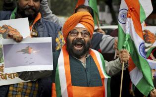 インド国内では反パキ?#25915;駿?#24863;情が高まっている(2月26日、ニューデリーで反パキ?#25915;駿螭違攻愆`ガンを叫ぶデモ参加者)=AP