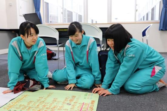 語り部の内容を考える大槌学園9年生の生徒たち(岩手県大槌町)
