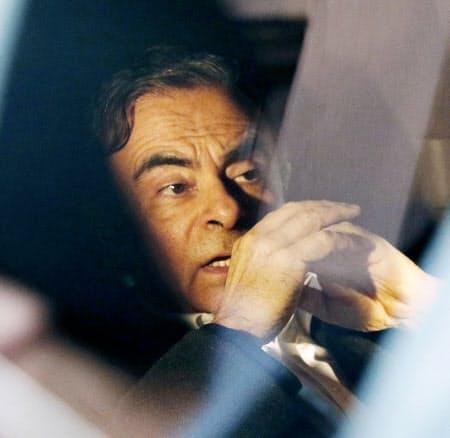 弁護人事務所が入るビルを車で出る日産自動車の元会長カルロス・ゴーン被告(6日、東京都千代田区)=共同