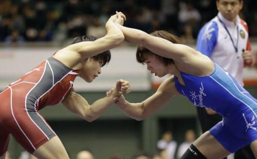 全日本選手権の1次リーグで対戦する伊調(左)と川井=共同