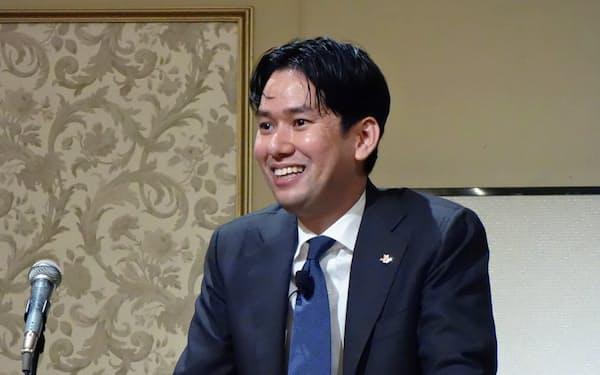 名古屋日経懇話会で講演するオリガミの康井義貴社長(11日午後、名古屋市中区)