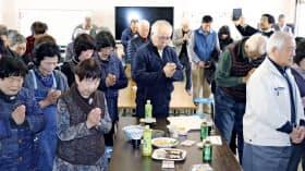 福島県双葉町のある方向へ黙とうする避難者たち(11日午後2時46分、埼玉県加須市)=共同