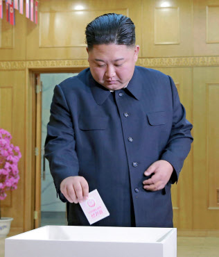 北朝鮮・最高人民会議の代議員選挙で投票する金正恩氏(10日、平壌)=朝鮮中央通信・共同