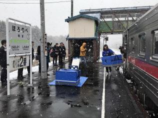 佐川急便はJR北海道と組み、貨客混載の効果を検証している