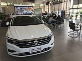 中国では新車販売の低迷が長期化している(広東省広州市、独フォルクスワーゲンの販売店)