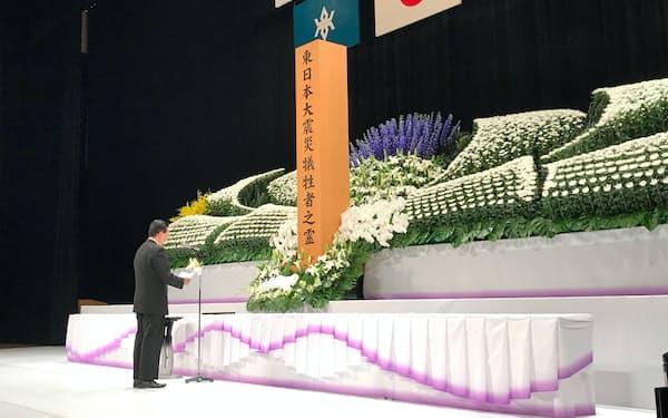 岩手県と久慈市の合同追悼式で式辞を述べる達増拓也知事(11日、岩手県久慈市)