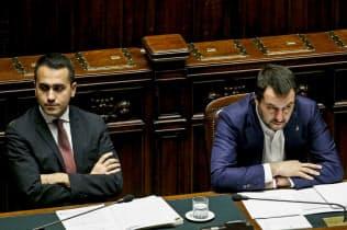 五つ星運動のディマイオ党首(左)と同盟のサルビーニ党首の間の緊張感が高まっている=ANSA・AP