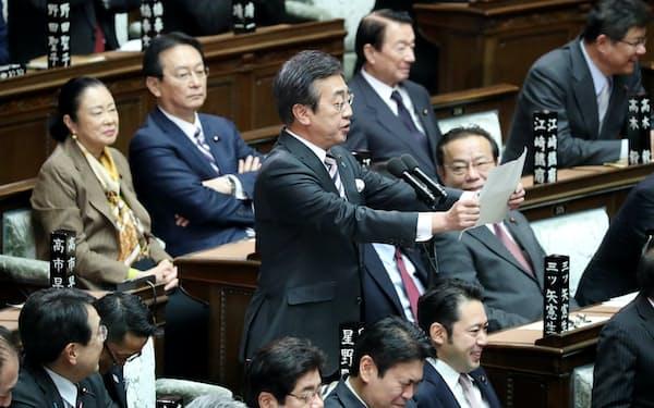 衆院本会議で緊急動議を読み上げる自民党の星野剛士議員(1日)