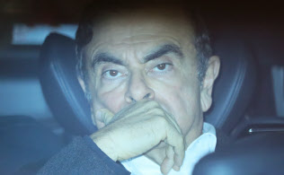 法律?#32862;?#25152;を出る、保釈された日産自動車のゴーン元会長(6日夜、東京都千代田区)