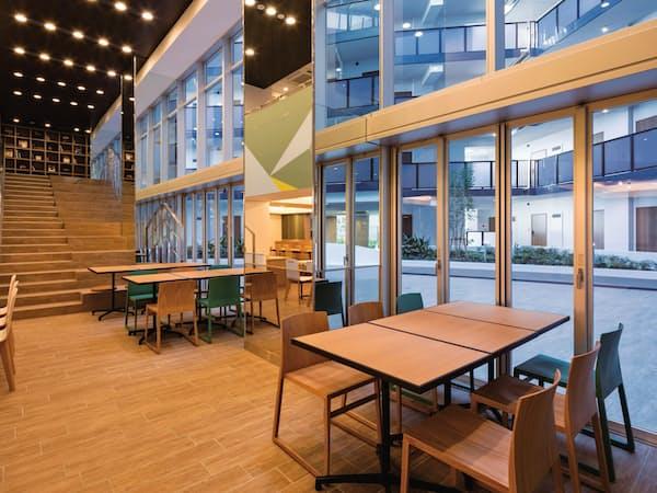 東急不動産の学生専用マンション「キャンパスヴィレッジ」には食堂や中庭が設けられている(東京都北区)
