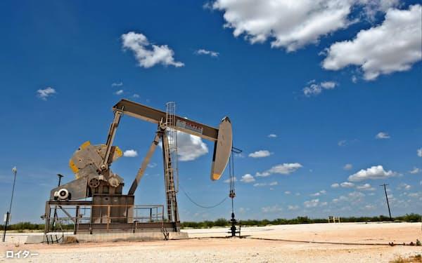 IEAは米国のシェールオイルの生産見通しを上方修正した(米テキサス州の石油採掘装置)=ロイター