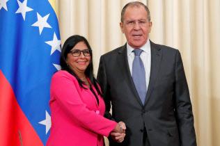 支援を求めるため、ロシアのラブロフ外相(右)と会談するベネズエラのロドリゲス副大統領(1日、モスクワ)=ロイター