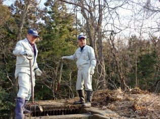 用水路の清掃はじじい部隊の日課(福島県大熊町)