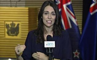 2月、ファーウェイの製品をめぐる問題で質問に答えるアーダーンNZ首相=AP