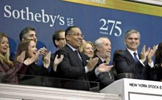 11日、創立275周年を記念してニューヨーク証券取引所のオープニングベルをならすサザビーズ幹部=AP