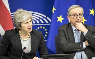 11日の協議後に記者会見したメイ英首相(左)とユンケル欧州委員長(フランス)=AP