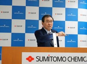 新中期経営計画を発表する十倉雅和社長(12日、東京都中央区)