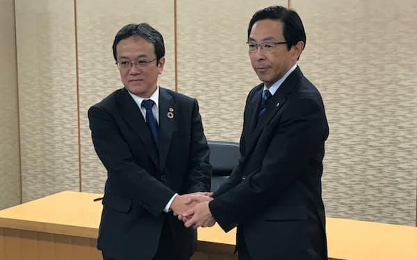 左が島津の上田輝久社長。右は京都府の西脇隆俊知事
