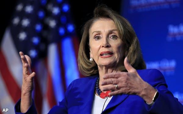 米民主党のペロシ下院議長は大統領弾劾のタイミングを見極める姿勢だ=AP