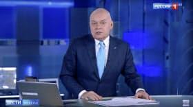 国営テレビを代表するニュース司会者のドミトリー・キセリョフ氏もネットの番組に登場せざるを得ないほど、ロシアではネットでニュースを見る人が増えている=AP