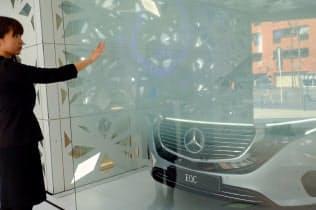 「EQ house」では人の手の動きや声でガラスに情報が表示される
