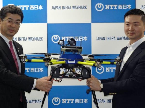 記者会見するNTT西日本の小林充佳社長(左)とジャパン・インフラ・ウェイマーク社長に就く柴田巧氏